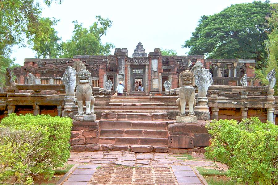 Phimai - Historical Park Prasat Hin, Banyan Baum und Ban ...